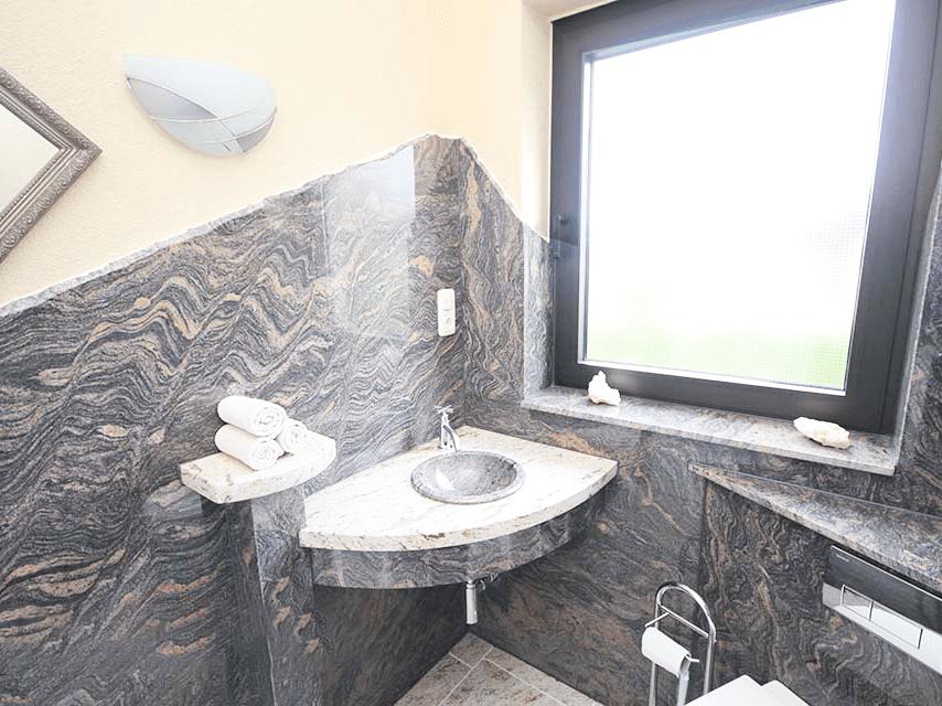 Đá Granite Paradiso Bash (Tím Sa Mạc) ốp phòng tắm