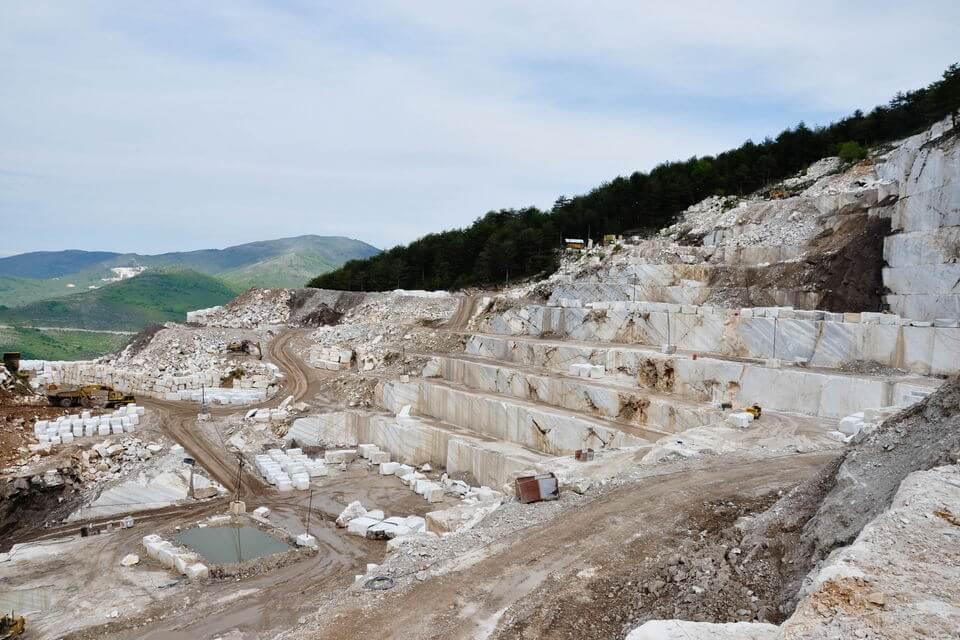 mỏ Đá Marble Volakas (Đá Trắng Vân Mây)