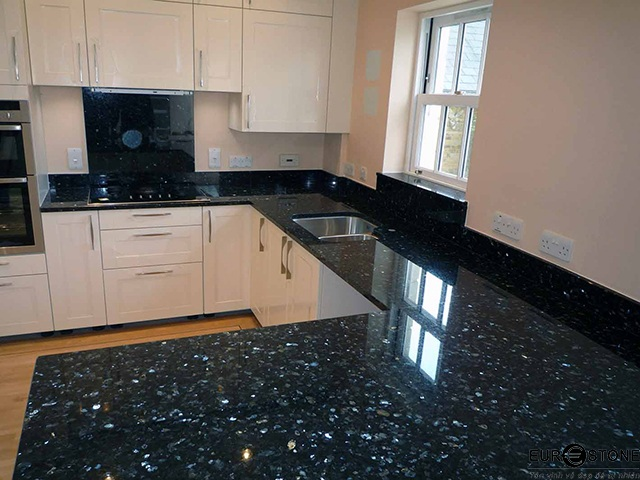 Đá Granite Emerald Pearl (Xà Cừ Xanh Đen) ốp bếp