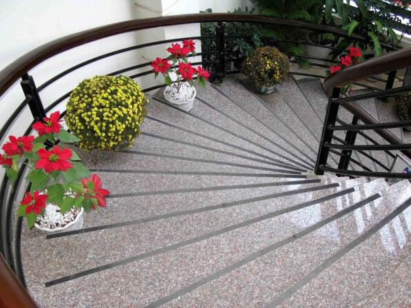 Đá Granite Hồng Gia Lai ốp cầu thang